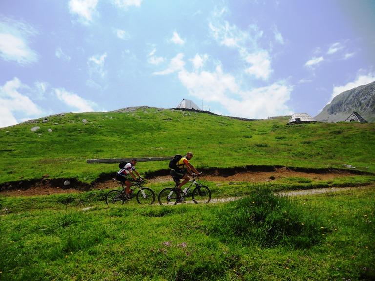 Biciklisti pored Kapetanovog jezera