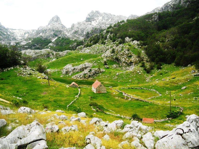 Katun u okolini Bukumirskog jezera
