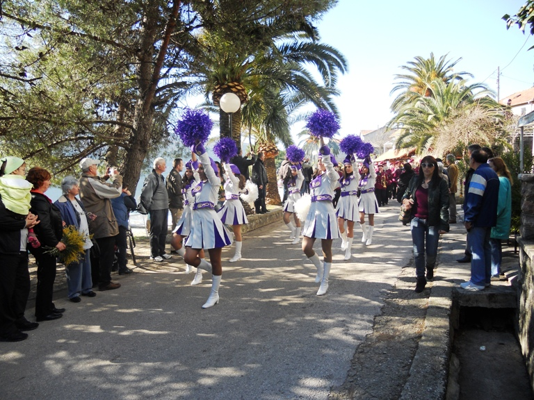 Mažoretke tokom parade za Dane mimoze