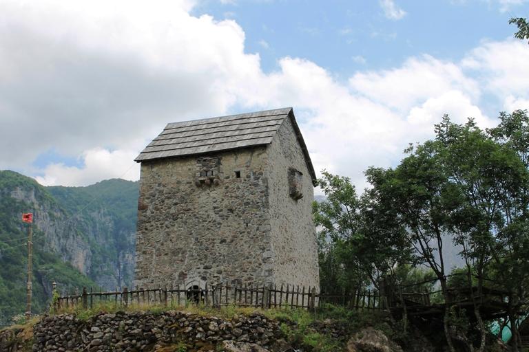 Lock-in-Tower, Theth, Albanija