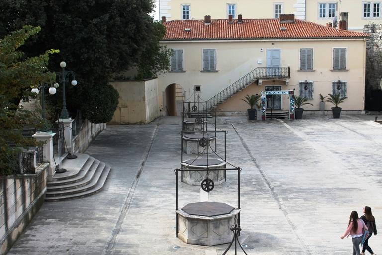 Trg pet bunara, Zadar